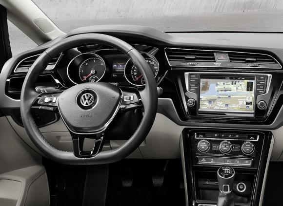 2015-VW-Touran-16