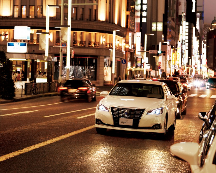 Toyota-Crown-Royal-front-official-900x721