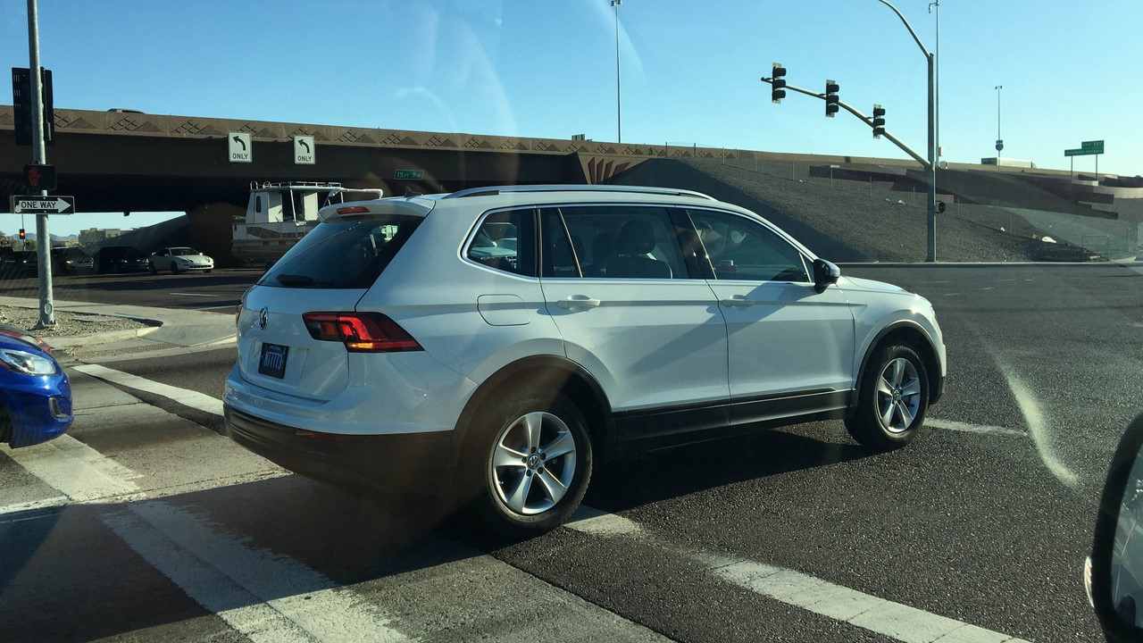 2016-VW-Tiguan-LWB-rear-three-quarters-spied